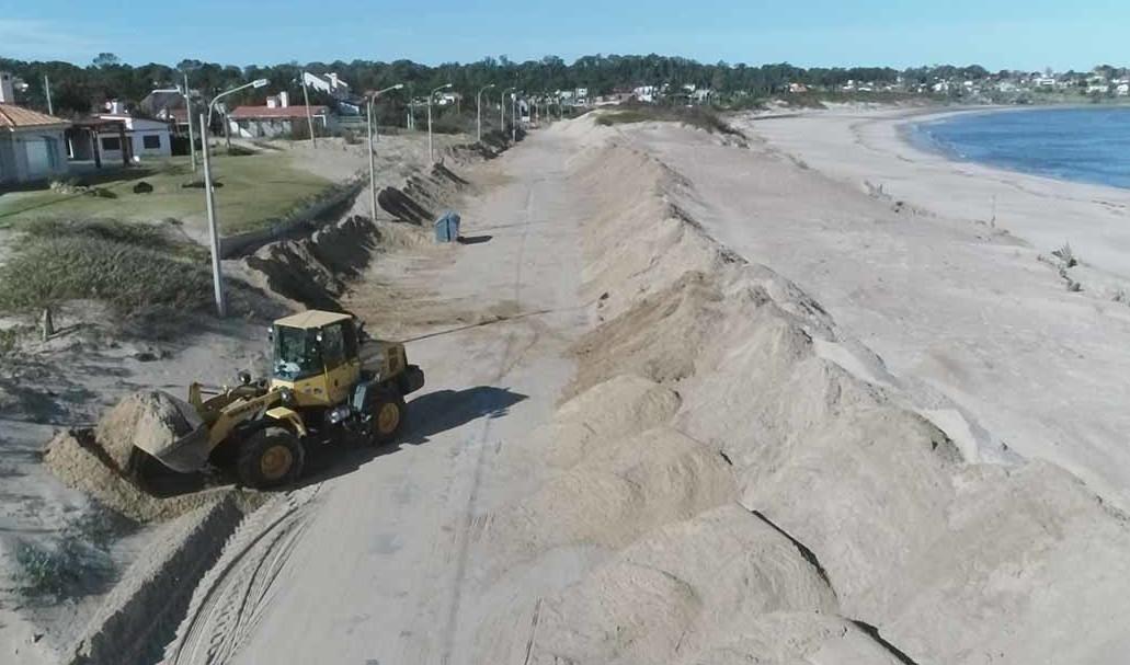 1. Maquinaria vial trabajando sobre las dunas.